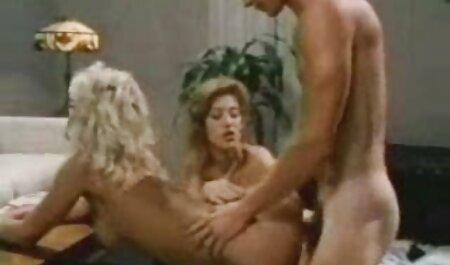 Mädchen saugt alt und jung sexfilme für Geld in einem Restaurant