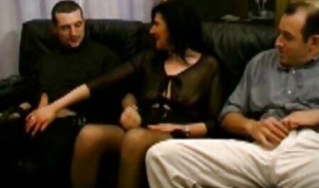 Frau in gratis pornos mit alten frauen einem weißen Netz und Dessous und BBC