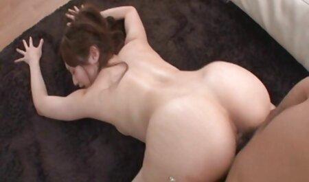 Heiße MILF Ashleigh McKenzie reibt pornofilme mit reifen frauen ihre große Muschi