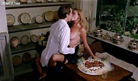Zwei rauchende Lesben essen abwechselnd Muschi und ficken sich gegenseitig mit einem Dildo alt und jung pornos
