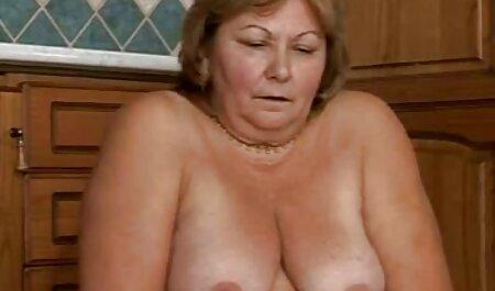 Zwei heiße Milfs werden von einem pornos mit älteren männern Glückspilz gefickt